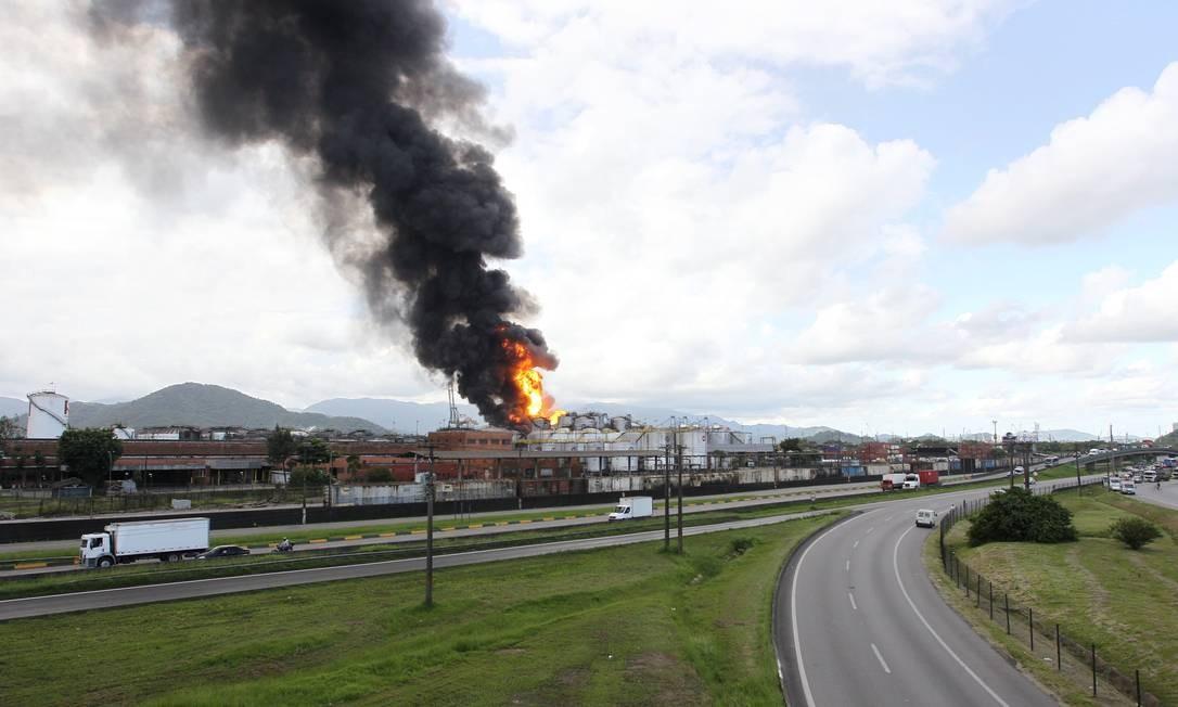 """Segundo a Ultracargo, o incêndio está controlado, mas as áreas atingidas ficarão """"queimando até o final"""". Foto: Michel Filho / Agência O Globo"""