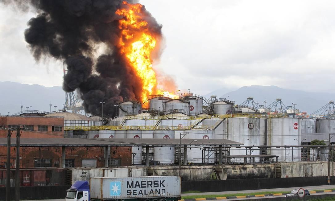 Um navio foi mandado para ajudar o combate ao incêndio, que interditou parte da Rodovia Anchieta. Foto: Michel Filho / Agência O Globo