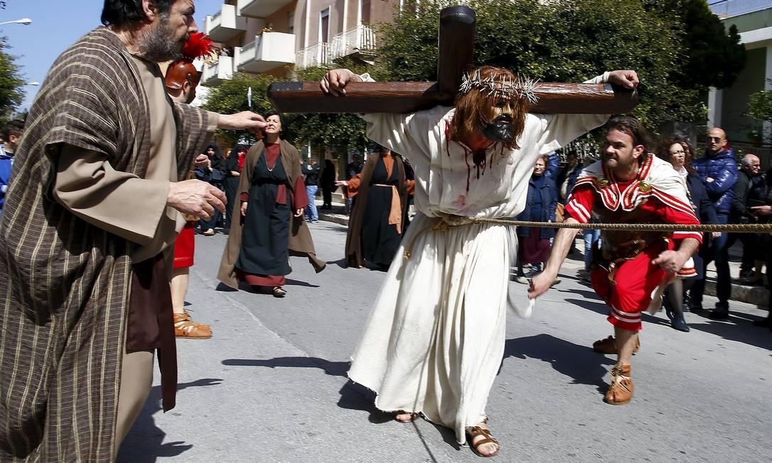 Em Marsala, na Itália, a via-crúcis é encenada pelas ruas da ilha siciliana TONY GENTILE / REUTERS