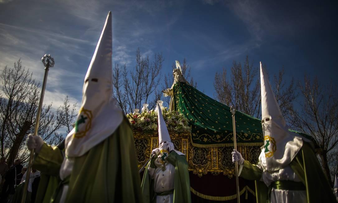 Em Zamora, fieis caminham encapuzados numa das centenas de procissões realizadas na Espanha ao longo da Semana Santa Andres Kudacki / AP