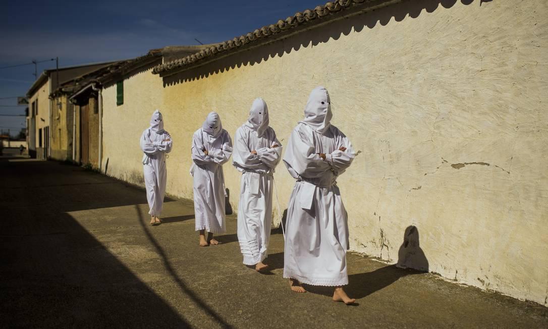 Em Villarrin de Campos, na Espanha, a tradicional irmandade Vera Cruz faz sua procissão Andres Kudacki / AP
