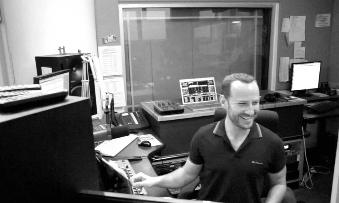 """O apresentador Jason Bentley, nos estúdios da KCRW: destaque com o programa """"Morning becomes eclectic"""" Foto: / Divulgação"""