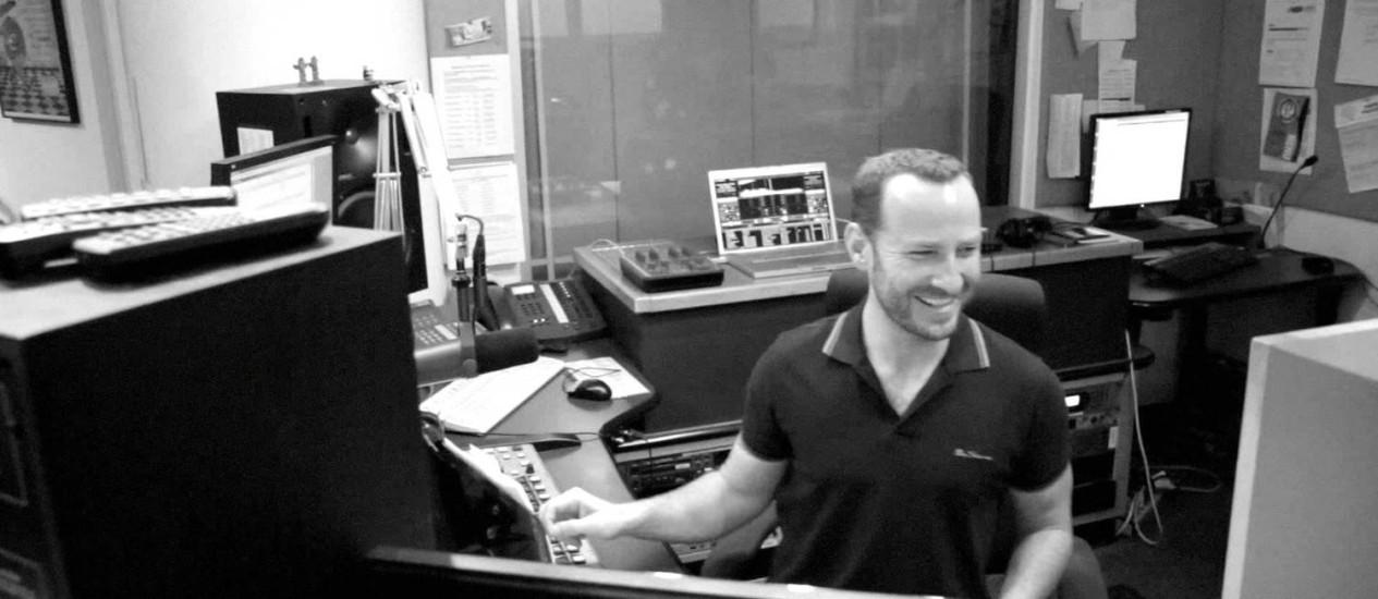 """O apresentador Jason Bentley, nos estúdios da KCRW: destaque com o programa """"Morning becomes eclectic"""" Foto: Divulgação"""