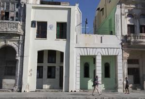 Turista caminham diante de 'casas particulares' em Havana Foto: Desmond Boylan / AP