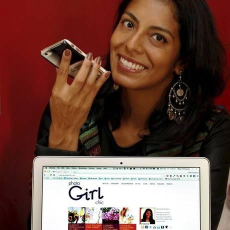 Nanda Nunes grava seus posts em um celular Foto: Luiz Ackermann/ Agência O Globo