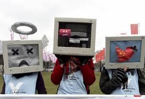 Contra a censura. Ativistas protestam contra os bloqueios na internet chinesa na abertura de congresso na Alemanha. Relatório da ONG Freedom House coloca a China na antepenúltima posição em ranking de liberdade na rede Foto: REUTERS/FABIAN BIMMER