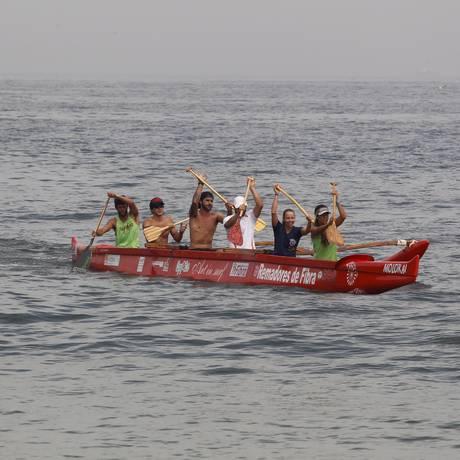 Parte dos remadores que fizeram a travessia até Ilha Grande Foto: Eduardo Naddar / Agência O Globo