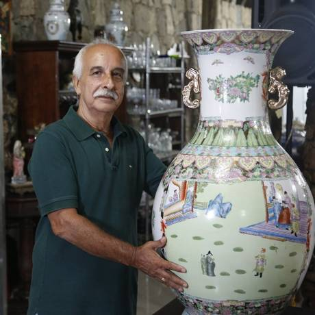 Ilomar Costa prepara os lotes para exposição: vaso chinês Foto: Fabio Rossi/ Agência O Globo