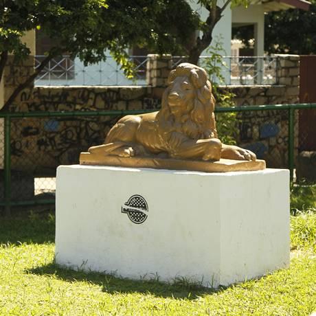 A estátua do Leão da Praça do Zumbi: monumento ganhou nova cor e foi reposicionado Foto: Guilherme Leporace / Agência O Globo