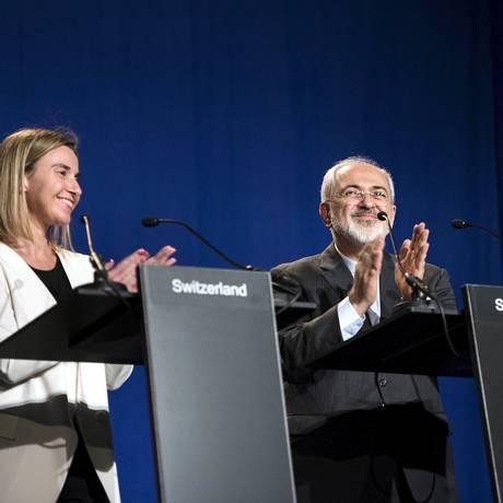 Chefe da política externa da União Europeia, Federica Mogherini, e ministro iraniano das Relações Exteriores, Javad Zarifat durante anúncio do acordo sobre o programa nuclear do Irã Foto: POOL / REUTERS