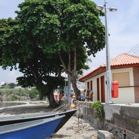 Operários fazem o acabamento do calçadão em frente à uma das 20 novas estruturas da orla: banheiros adaptados a portadores de necessidades especiais Foto: Bárbara Lopes / Agência O Globo
