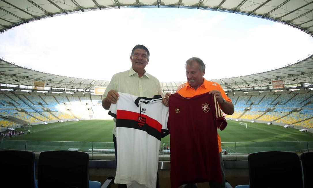 Num clima bastante descontraído, os dois trocaram camisas no estádio Cezar Loureiro / Agência O Globo
