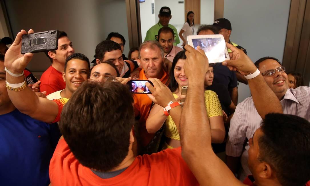 Maior artilheiro da história do Maracanã, Zico foi bastante assediado Cezar Loureiro / Agência O Globo