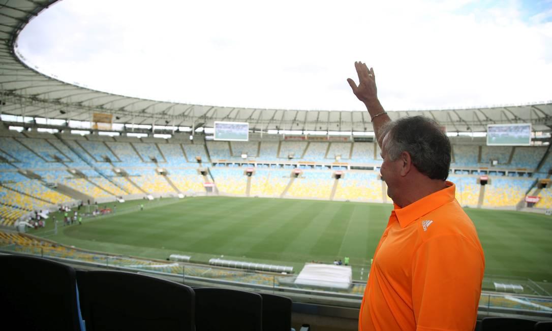 Zico acena para fãs no estádio onde marcou 333 gols Cezar Loureiro / Agência O Globo