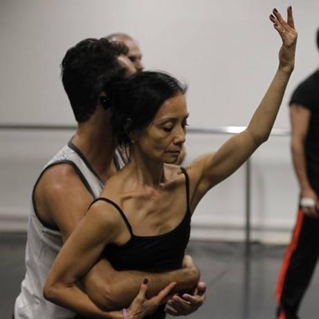 Últimos ensaios. Bailarinos da Companhia de Ballet da Cidade de Niterói se preparam para estreia no próximo dia 10 Foto: Pedro Teixeira / Agência O Globo