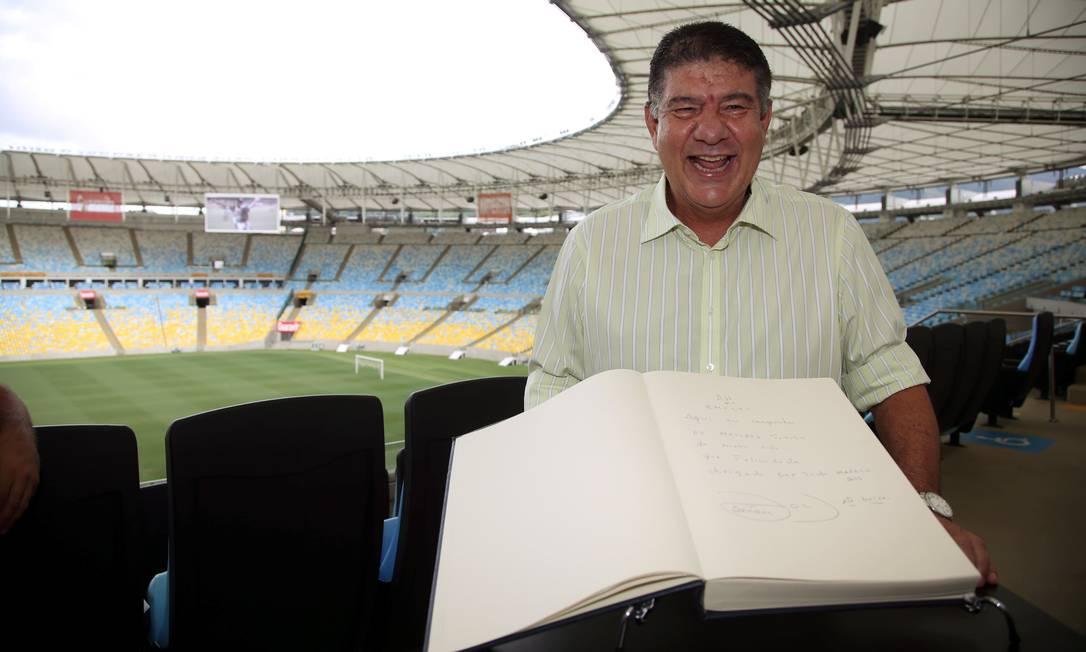 Joel, feliz da vida, exibe o livro de ouro do Maracanã, após assiná-lo Cezar Loureiro / Agência O Globo
