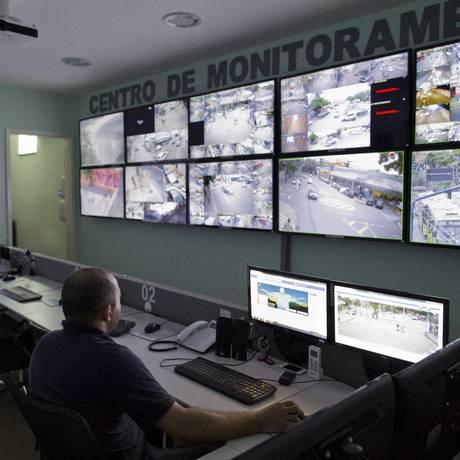 ONG possui um centro de monitoramento com 150 câmeras em pontos estratégicos da cidade. Foto: Hudson Pontes / Agência O Globo
