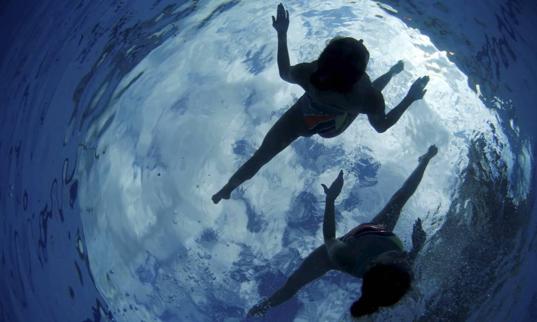 Com a capoeira como tema, Maria Eduarda Micucci e Luisa Borges vêm treinando forte para brilhar na prova do dueto no nado sincronizado, não apenas nos Jogos Pan-Americanos deste ano, em julho, em Toronto, mas principalmente em agosto do ano que vem, nas Olimpíadas Rio-2016, nas águas do Parque Aquático Maria Lenk Marcelo Piu / Agência O Globo