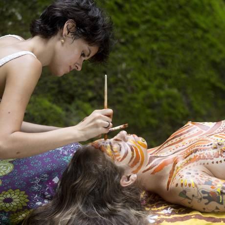 Pinturas corporais. Acompanhamos uma sessão no Parque Lage, em que Nina Benchimol coloriu o corpo da cantora Júlia Vargas Foto: Guito Moreto / Agência O Globo
