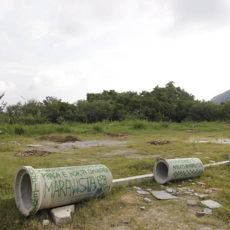 Moradores escreveram mensagens em manilhas deixadas no local Foto: Pedro Teixeira / Agência O Globo