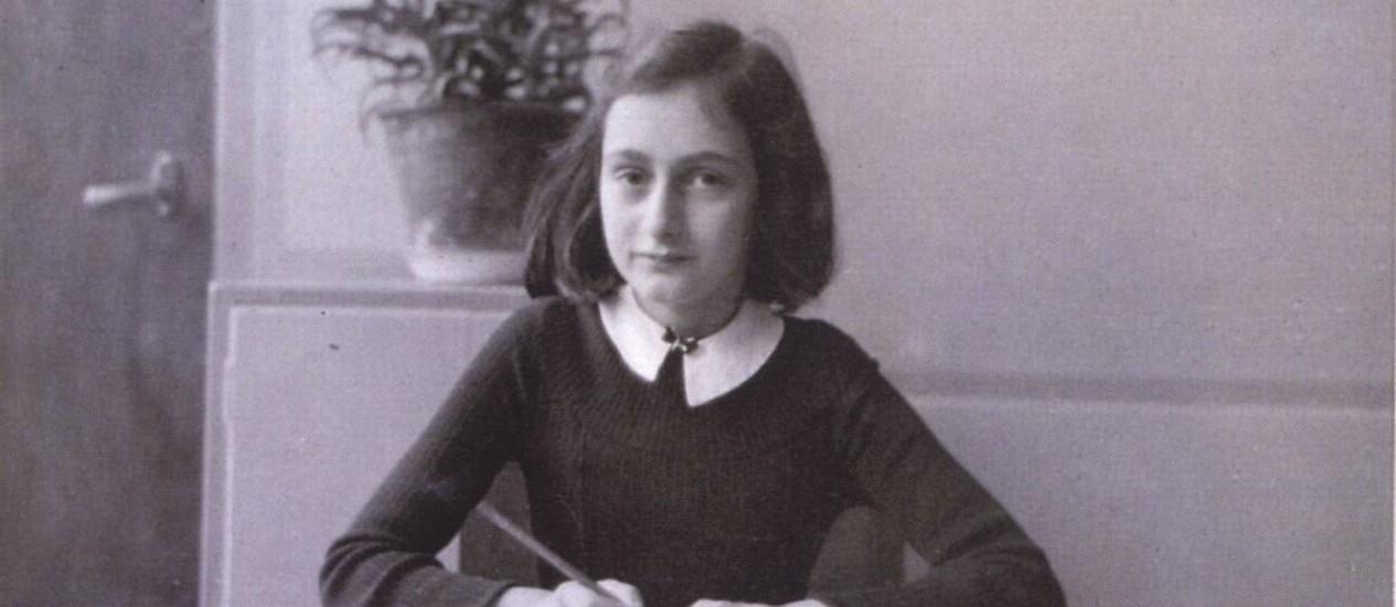 <br /> Anne Frank em foto tirada antes da jovem se esconder da perseguição nazista: morte por tifo em campo de concentração<br /> Foto: Reprodução