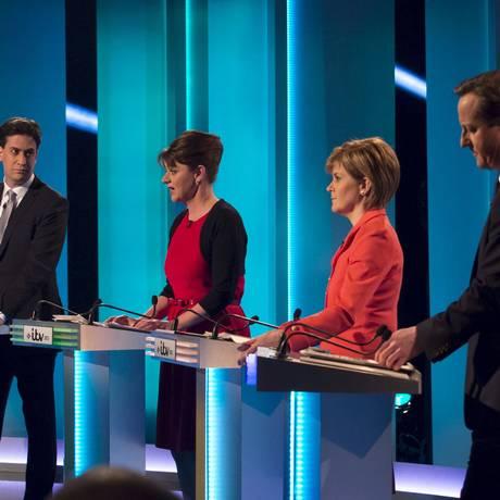 David Cameron (direita). Primeiro-ministro britânico foi criticado por cortes no orçamento em debate que contou com a participação do trabalhista Ed Miliband, e de partidos nacionalistas da Escócia e do País de Gales Foto: HANDOUT / REUTERS