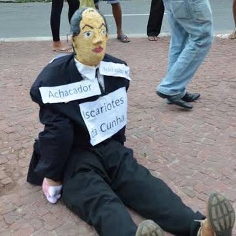 O boneco que representa Cunha foi levado às ruas por um sindicato Foto: Thays Lavour / O GLOBO