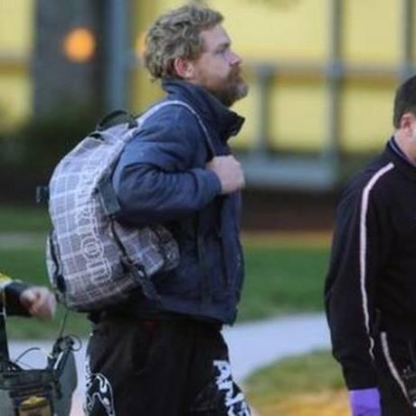 Louis Jordan (no centro) parecia estar bem enquanto caminhava para o hospital Foto: AP