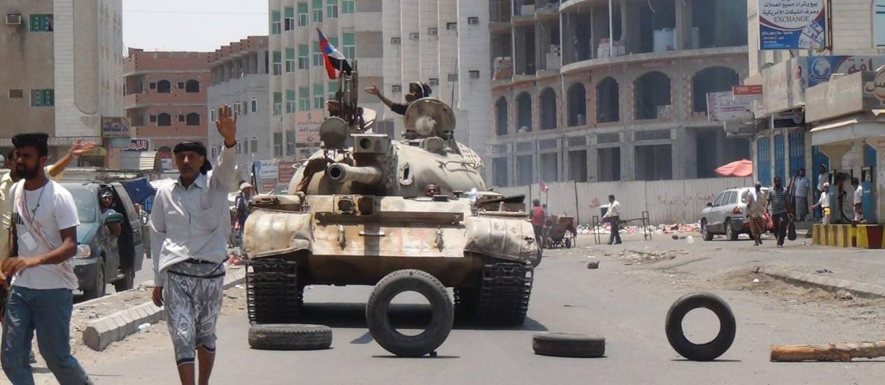 Partidários de Abed Rabbo Mansour Hadi preparam posições para encarar rebeldes Foto: Wael Qubady / AP