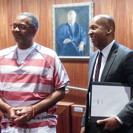 Hinton comemorou absolvição com amigos Foto: Equal Justice / Divulgação