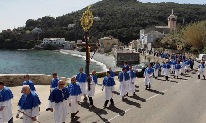 Na ilha mediterrânea de Córsega, fieis carregam cruz durante procissão de Sexta-feira da Paixão Foto: Pascal Pochard Casabianca / AFP