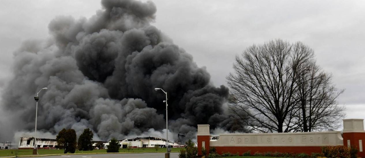 Combate a incêndio em complexo da GE envolveu quase mais de 100 bombeiros Foto: JOHN SOMMERS II / REUTERS
