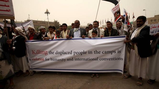 Apoiadores do ex-presidente iemenita Ali Abdullah Saleh realizam manifestação contra os ataques aéreos em Aden Foto: MOHAMED AL-SAYAGHI / REUTERS