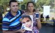 Os pais do menino Eduardo, na porta do IML: família quer deixar o Rio