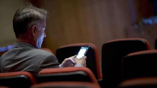 Eike Batista checa o celular enquanto espera audiência em corte carioca Foto: Dado Galdieri / Bloomberg