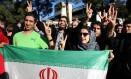 Iranianos em Teerã celebram acordo do país com as potências ocidentais.