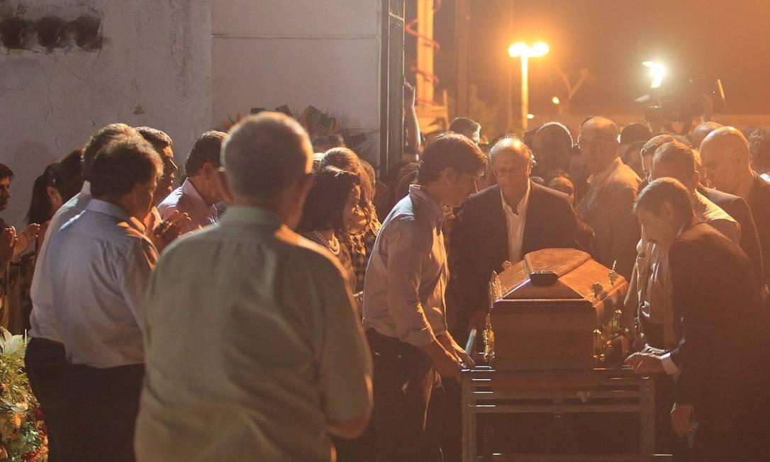 Thomaz Alckmin é sepultado no cemiterio municipal de Pindamonhangaba Foto: Marcos Alves / Agência O Globo