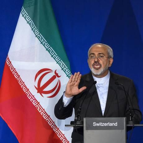Ministro iraniano das Relações Exteriores, Mohammad Javad Zarif, durante anúncio do acordo preliminar. Governo sírio acredita que medida reduzirá tensões geopolíticas no Oriente Médio Foto: FABRICE COFFRINI / AFP