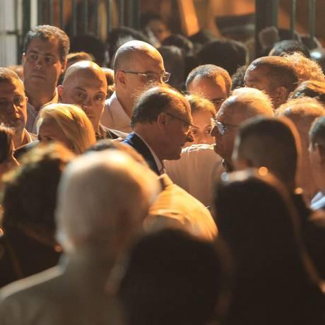 Geraldo Alckmin recebe condolências em enterro do filho Foto: Marcos Alves / Agência O Globo