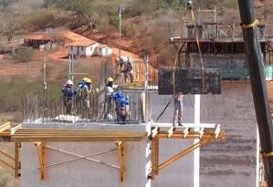 Na Bahia, obras de desmonte de encostas e construção de uma ponte: Foto: 25-07-2013 / Ruy Baron
