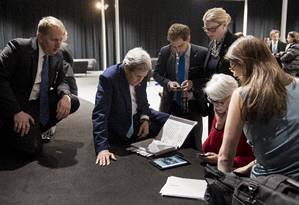 Pausa. O secretário de Estado dos EUA, John Kerry (sentado), vê o pronunciamento de Obama na TV em Lausanne Foto: POOL / REUTERS/2-4-2015