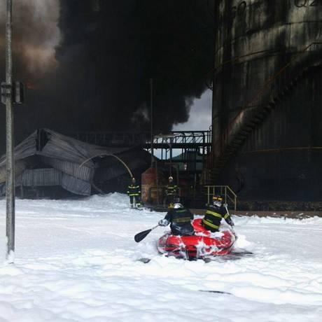 Bombeiros tentam controlar o fogo Foto: Corpo de Bombeiros da PMESP