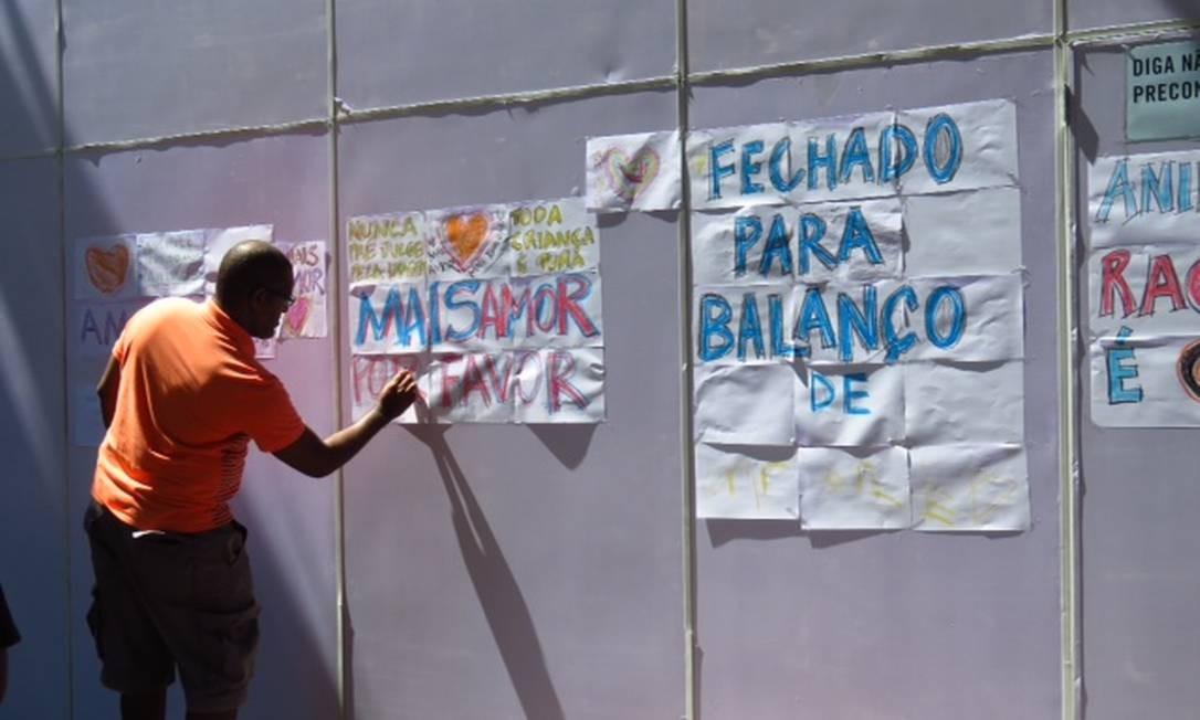 Tapumes que protegem vitrines da Animale em Ipanema foram cobertos por cartazes contra o racismo Foto: José Conde