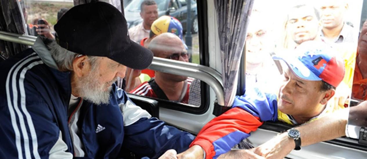 Fidel Castro (esquerda) é saudado por membros de delegação venezuelana em Havana Foto: -- / AFP