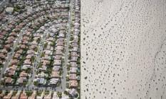 A urbanização à beira de deserto em Cathedral City, na Califórnia. Devido à seca, o governador Jerry Brown impôs a redução de 25% do uso de água Foto: DAMON WINTER / NYT
