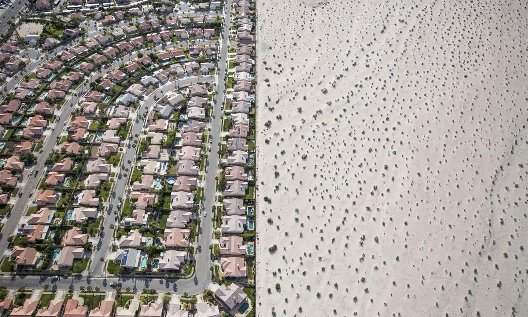A urbanização à beira de deserto em Cathedral City, na Califórnia. Devido à seca, o governador Jerry Brown impôs a redução de 25% do uso de água DAMON WINTER / NYT