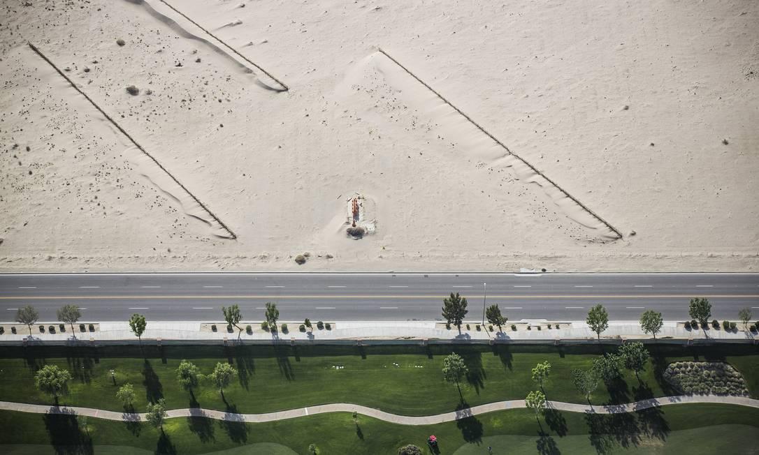 Campo de golfe ao lado do deserto. O governador disse que vai ordenar que 4,6 milhões de metros quadrados de gramado em todo o estado sejam substituídos por piso tolerante à seca DAMON WINTER / NYT