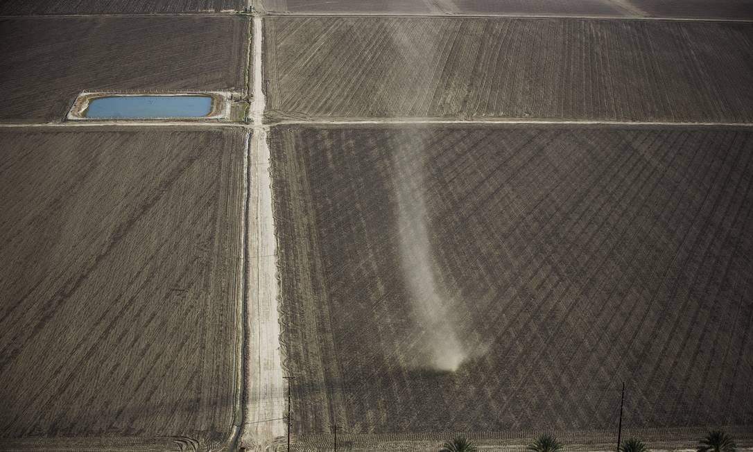 Areia levada pelo vento em campo agrícola em Thermal. Segundo o prefeito Robert Silva, em Mendota, coração agrícola do Central Valley, o desemprego atinge agricultores DAMON WINTER / NYT