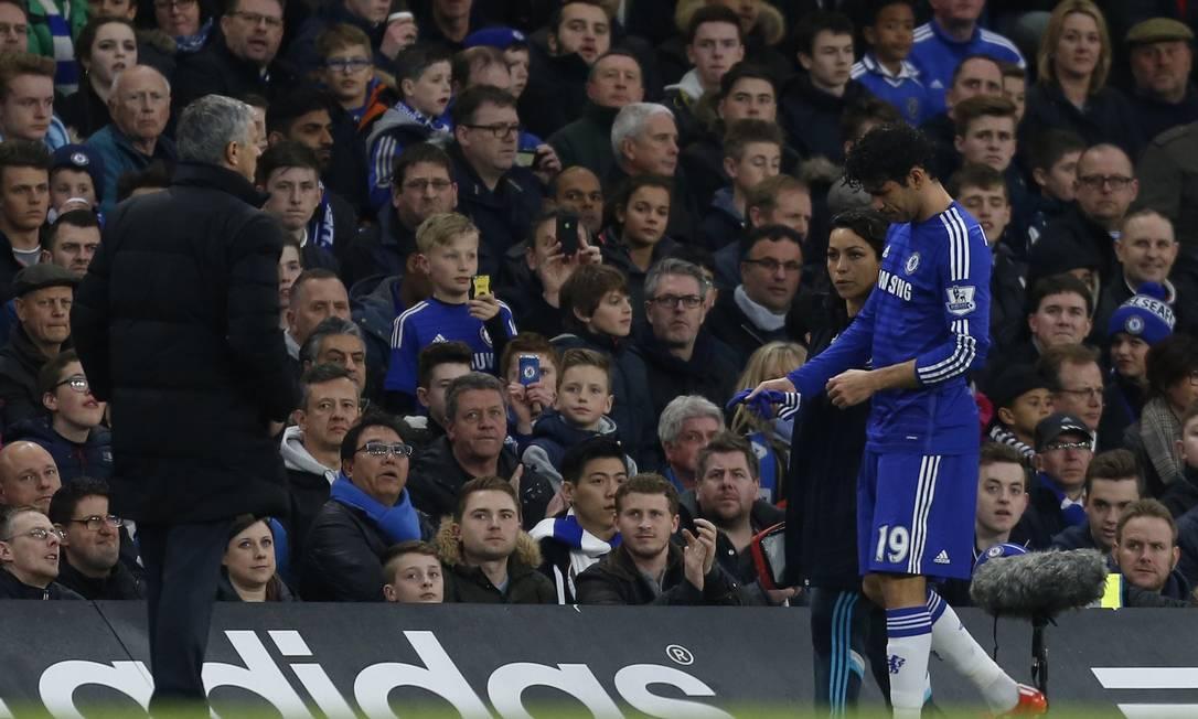 O brasileiro naturalizado espanhol Diego Costa, do Chelsea, deixa o campo machucado na vitória sobre o Stoke City IAN KINGTON / AFP
