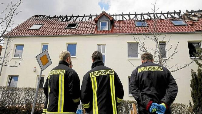 Ataque criminoso. Bombeiros observam os estragos ao telhado do centro de refugiados em Troglitz, na Alemanha Foto: FABRIZIO BENSCH / Fabrizio Bensch/REUTERS